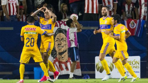 Los jugadores de Tigres celebran el gol de Vargas