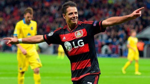 Chicharito celebra un gol con Bayer Leverkusen