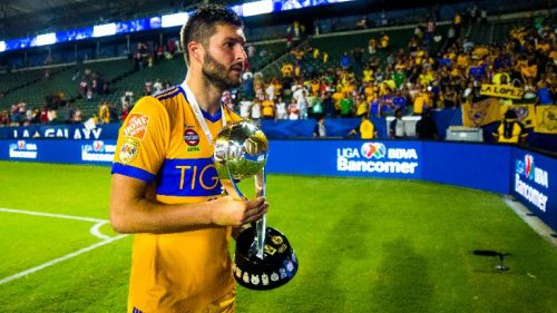 Gignac carga el trofeo del Campeón de Campeones con Tigres
