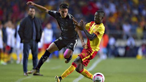 González disputando un balón en el juego de su debut