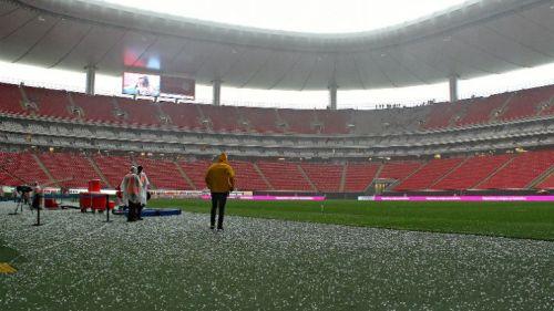 El granizo en el terreno de juego del Estadio Chivas 1d843c315ad