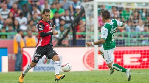 Rafa Márquez remata frente a la delantera de León