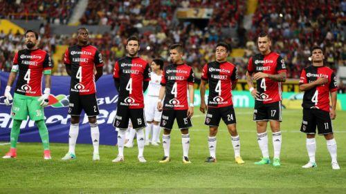 Los jugadores del Atlas portando la playera en apoyo a Rafa Márquez
