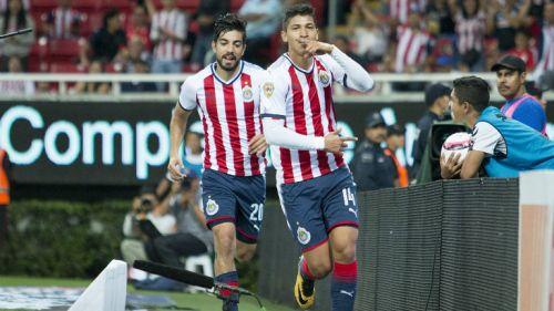 Zaldívar celebrando un gol con Chivas en el Apertura 2017