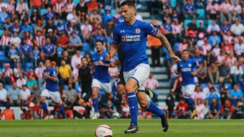 Édgar Méndez conduce un balón en un duelo de Cruz Azul