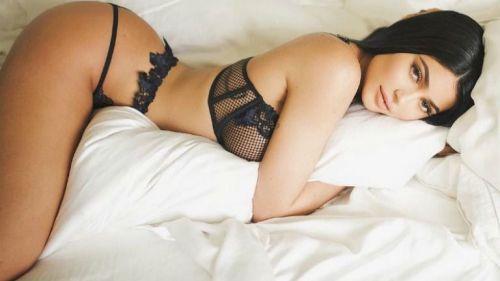 Kylie Jenner posa con poca ropa