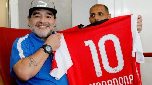 Maradona presume jersey del PSV con su nombre
