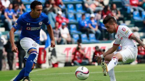 Israel Mendoza tratando de quitarse a un jugador de Toluca
