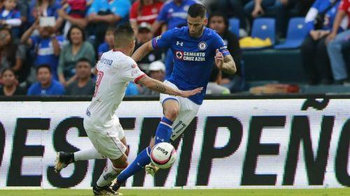 Edgar Méndez disputa un balón en el Cruz Azul vs Toluca del A2017