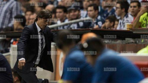 Matías Almeyda, enojado sale del campo de Rayados