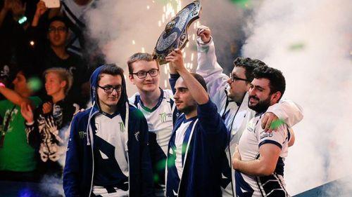 Los integrantes de Liquid levantan el trofeo de campeón
