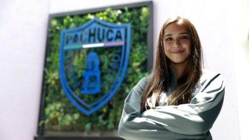 Nailea Vidrio posa con el escudo de Pachuca