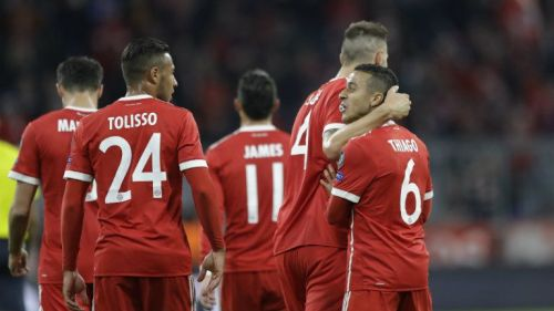 Thiago Alcántara celebra su gol con el resto del equipo