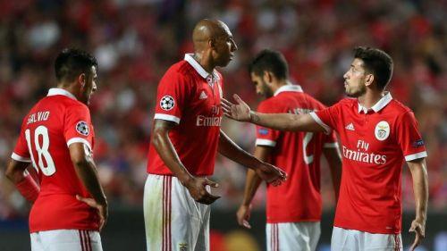 Luisao y Pizzi hablan durante el juego entre Benfica y CSKA
