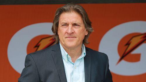 Sergio Egea observa un partido de Pumas en el banquillo