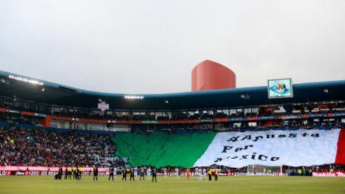 La afición de Pachuca con una bandera de México en un juego de los Tuzos