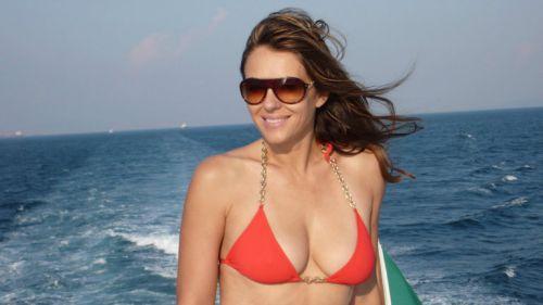 Elizabeth Hurley promocionando un sensual bikini