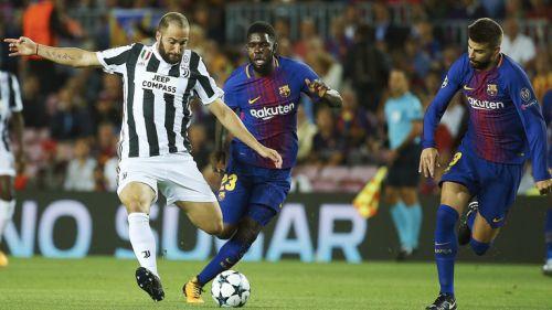 Higuaín intenta un disparo frente al marco del Barça