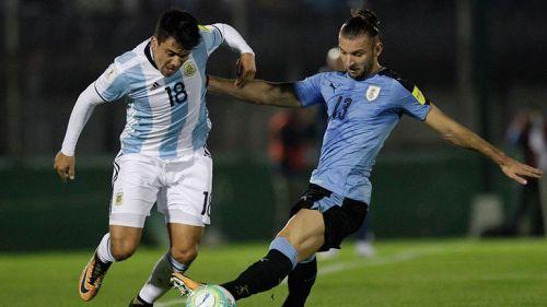 Gastón Silva pelea el balón en juego contra Argentina