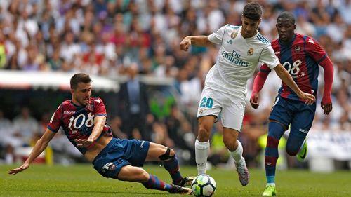 Asensio conduce balón en juego contra Levante