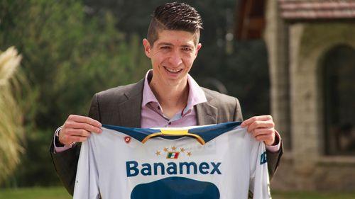 Marco Antonio Palacios posa con playera de Pumas