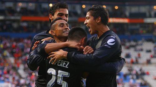 Los jugadores de Chivas festejan un gol en la cancha de Pachuca