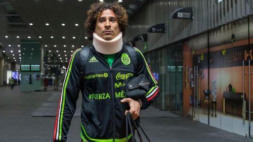 Gillermo Ochoa regresó a México con un collarín