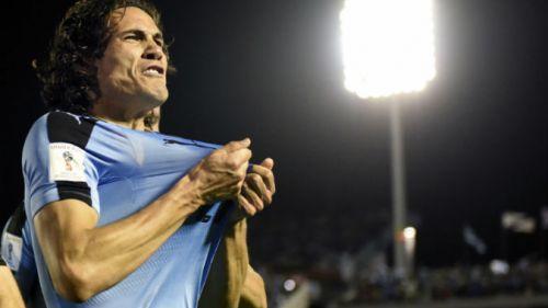 Cavani festejando un gol en el partido contra Bolivia