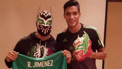 Raúl Jiménez y Sin Cara posan para la foto