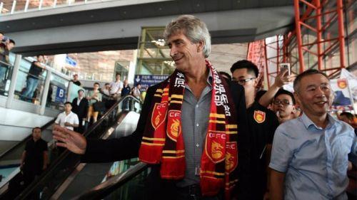 Manuel Pellegrini saluda en el aeropuerto de China