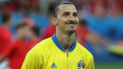 Zlatan sonríe durante un juego con Suecia