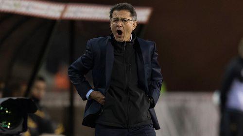 Juan Carlos Osorio da indicaciones a sus jugadores