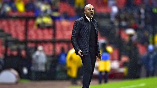 Chelis gritando a sus pupilos en un partido de Copa MX