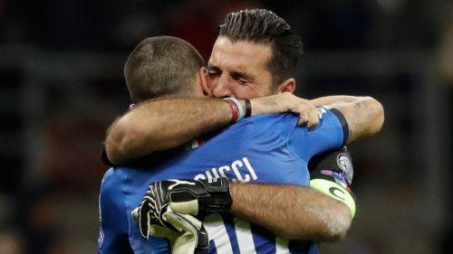 Buffon y Bonucci se abrazan tras quedar fuera de Rusia 2018