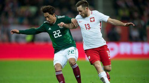 Omar Govea disputa un balón en el duelo contra Polonia