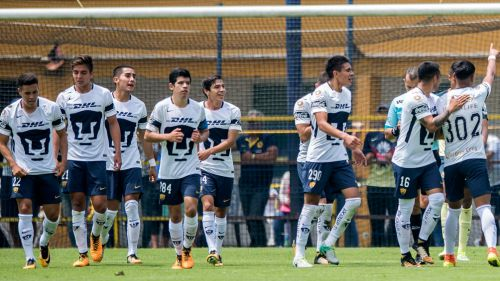 Jugadores de la Sub 20 de Pumas celebran una victoria