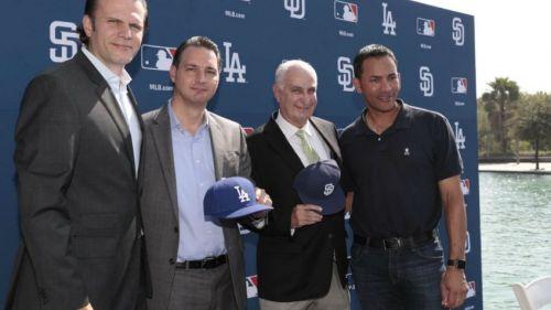 Directivos de MLB y de Sultanes de Monterrey en una conferencia de prensa
