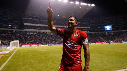 Maza celebra su gol con Lobos