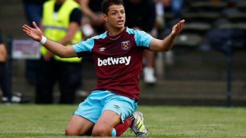 Javier Hernández reclama en un partido del West Ham