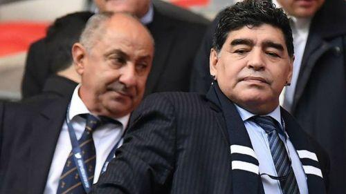 Maradona disfrutando un partido de la Premier League