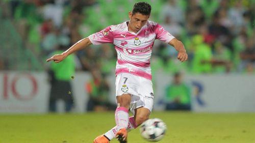 Gael Sandoval en un partido con Santos Laguna