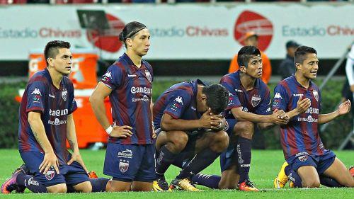 Jugadores de Atlante, preocupados durante un partido