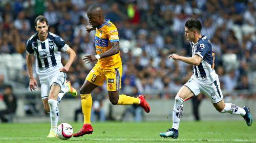 Valencia controla el balón bajo la marca de dos contrincantes