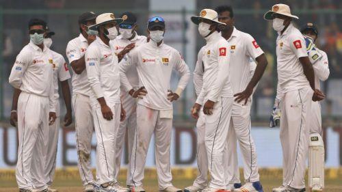 Jugadores de críquet de Sri Lanka con máscaras por la contaminación