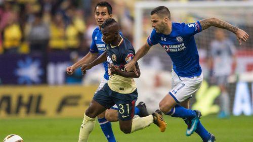Méndez y Quintero disputan el balón en el América vs Cruz Azul