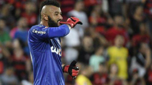 Alex Muralha en un partido con el Flamengo