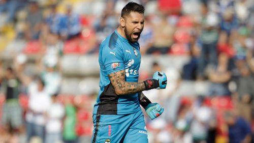 Jonathan Orozco festeja un gol con Santos