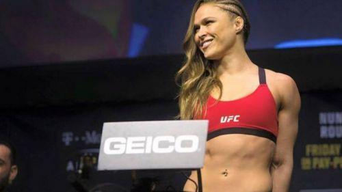 Ronda Rousey en una ceremonia de pesaje para la UFC