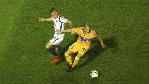 Mateus Uribe y Jorge Torres Nilo disputan el balón