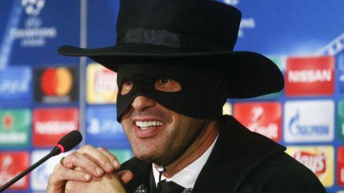 Paulo Fonseca en la conferencia de prensa disfrazado como Zorro